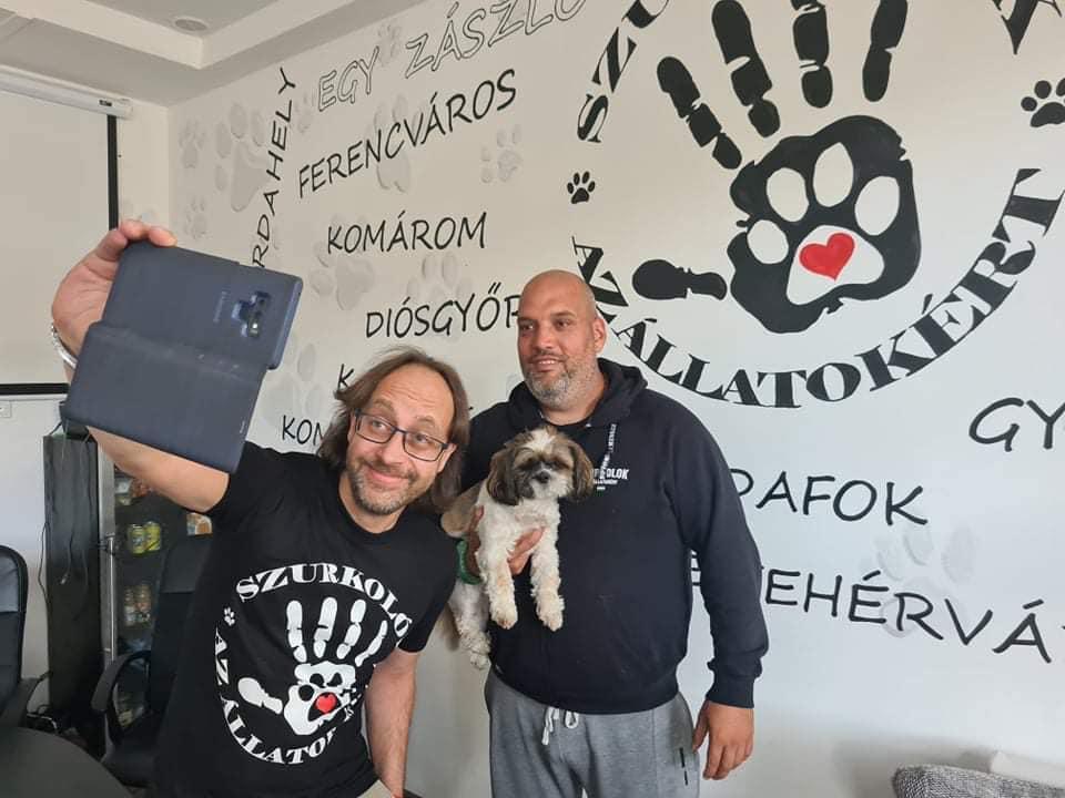 Kovács Antal (balra), az első örökös magyar bajnok sommelier a legutóbbi híresség, aki csatlakozott az állatvédőkhöz és Kapin Richárd, a szervezet vezetője